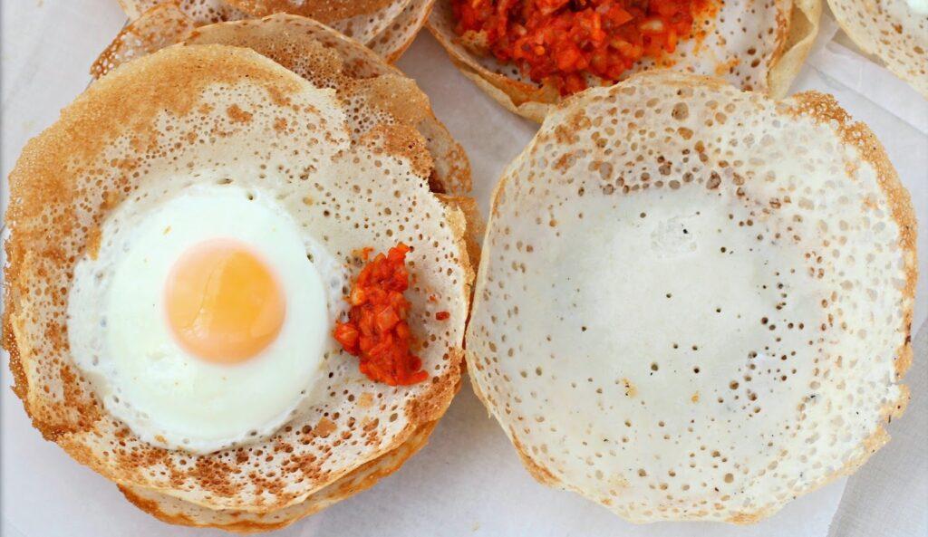 Национальный завтра Шри-Ланки - хопперс с яйцом