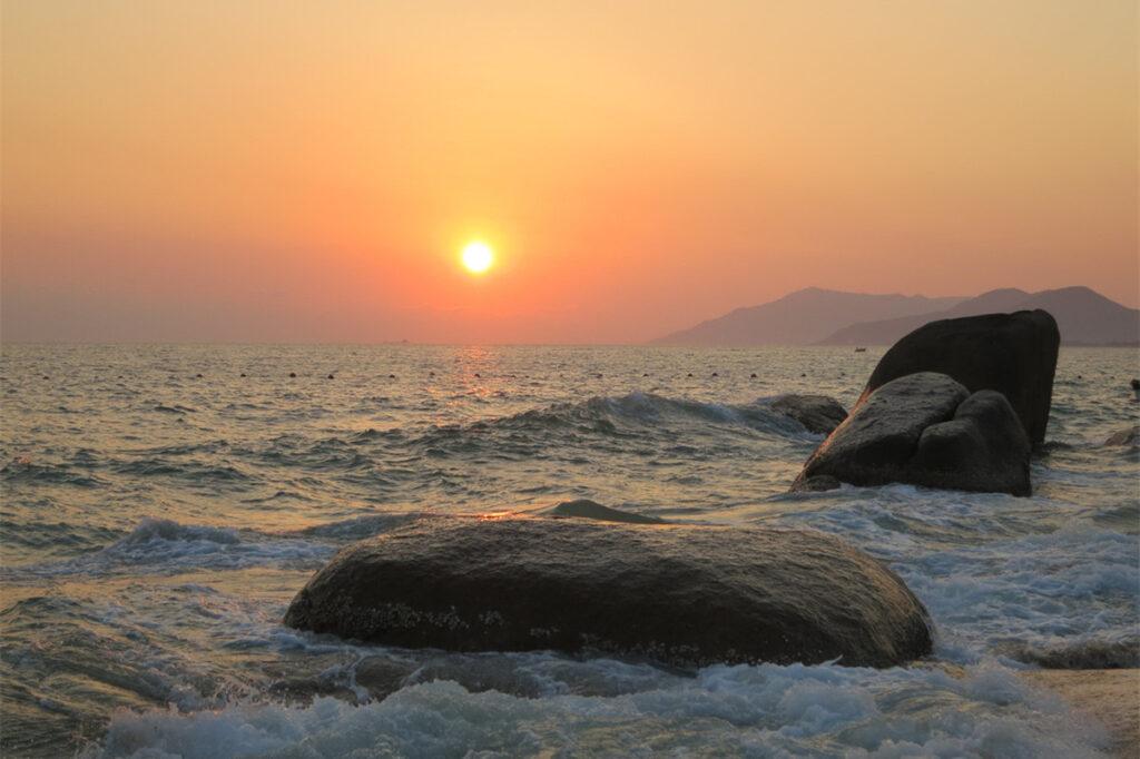 Серфинг в заливе Жиюэ (Китай)