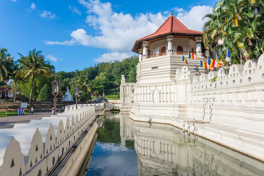 Храм зуба Будды в Канди (Шри-Ланка)