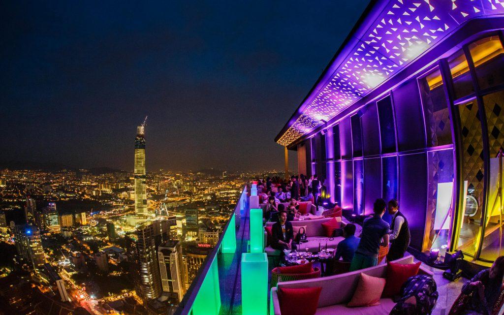 Бар в ночном Куала-Лумпуре