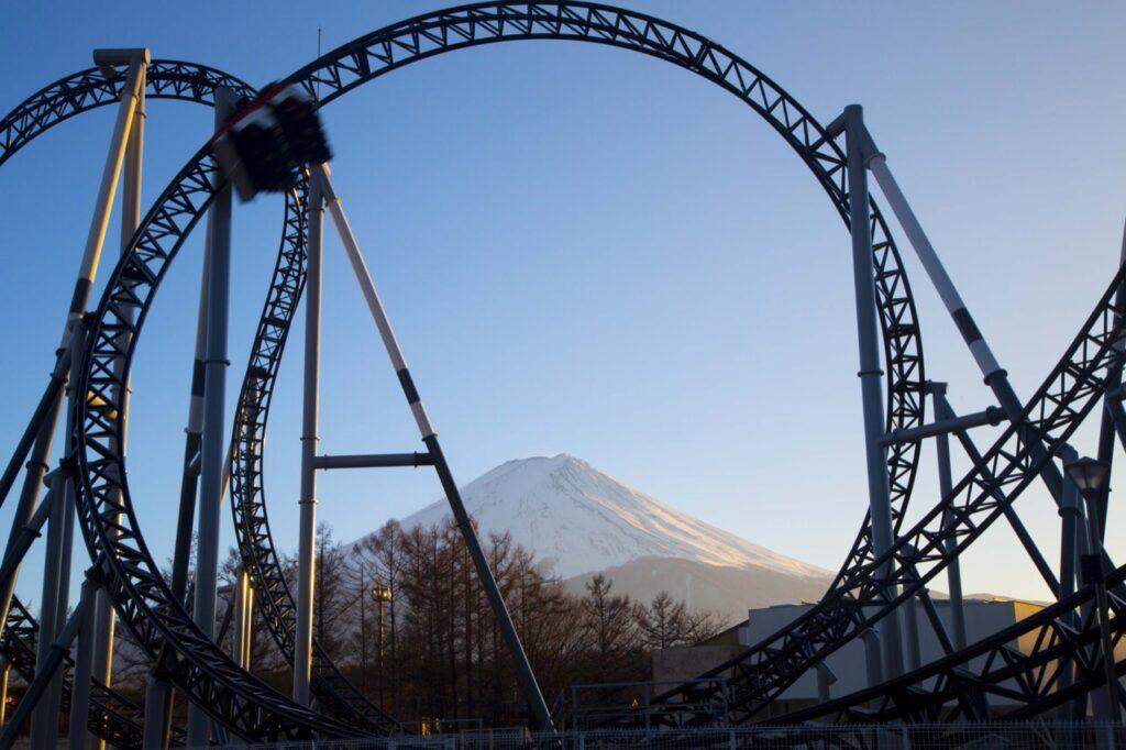 Аттракционы в парке Fuji-Q Highland, Япония