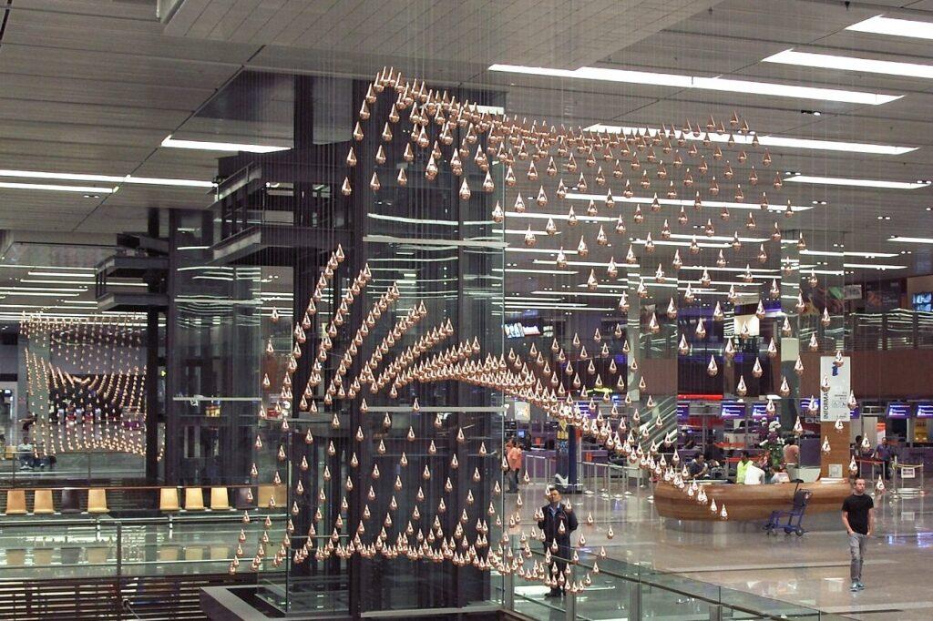 Кинетический дождь в аэропорту Чанги в Сингапуре