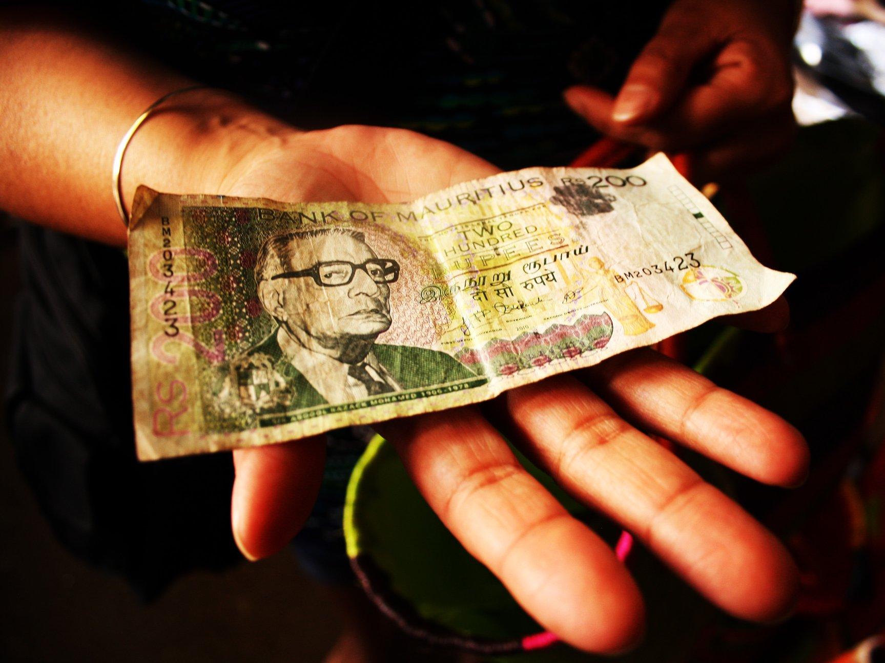 Какими деньгами расплачиваться на Маврикии