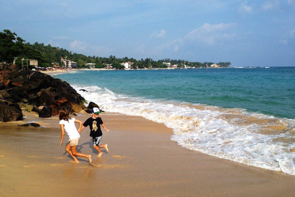 Пляж Унаватуна с детьми (шри-Ланка)