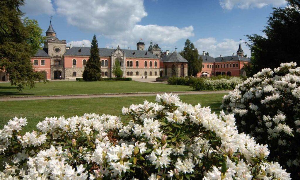 Территория замка Сихров в Чехии